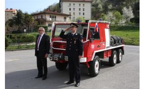 Novo vozilo sta pripeljala župan Andrej Maffi in predsednik PGD Kanal Boris Čufer. Foto: Toni Dugorepec