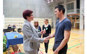 Juš Kosmač prejema srebrni znak iz rok ravnateljice. Foto: Gimnazija Jesenice