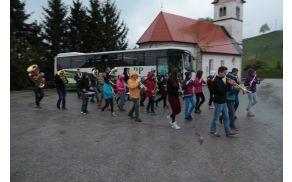 Godba Dobrova-Polhov Gradec je 1. maja navsezgodaj zjutraj prebudila vaščane Šentjošta.