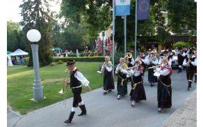 Godba Gorje pred Festivalno dvorano.