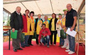 Ekipe od prvega do tretjega mesta skupaj s komisijo
