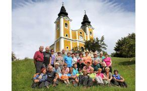 Sončki pred cerkvijo sv. Križa na Gori Oljki (foto Tatjana Rodošek)