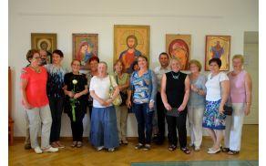 Člani Likovnega društva Mengeš v družbi gostiteljev na gradu Komenda na Polzeli