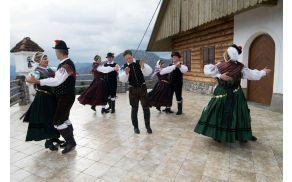 Polhograjski folkloristi v oddaji Je bella cesta