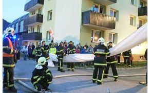 Prikaz reševanja iz gorečega bloka. Foto: GZ Bled-Bohinj