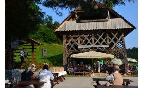 Prijeten ambient na Babni Gori vsako leto privabi številne ljubitelje harmonike.