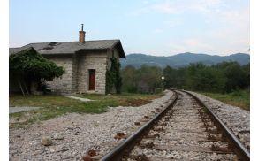 Hišica ob progi v Avčah. Foto: Toni Dugorepec