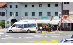 Hop ON Hop OFF je po kobariškem peljal že več kot tisoč potnikov.  Foto: Nataša Hvala Ivančič