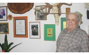 Hubert Kolšek z veseljem pokaže lovske trofeje in priznanja, med njimi tudi občinsko