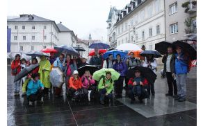 Kljub dežju dobro razpoloženi Barjani na Ahacijevem trgu v Idriji