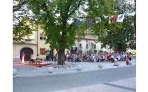Julija Kramar na starem trgu v Vipavi