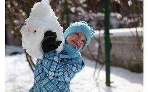 Maj postavlja snežaka.