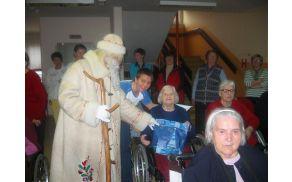 Dedek Mraz je med oskrbovance doma razdelil novoletna darila