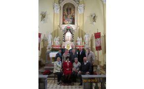 70 letniki z župnikoma v budanjski cerkvi.