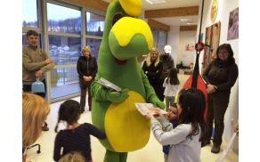 Prijazni zmajček je otročkom podaril čisto sveže številke revije Zmajček