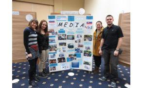 Predstavniki našega zmagovalnega projekta ob predstavitvenem plakatu na Slovaškem