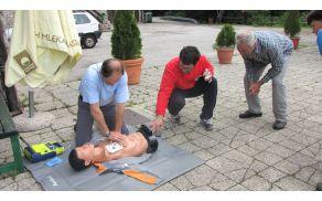 Tudi obiskovalci so preizkusili uporabo AED