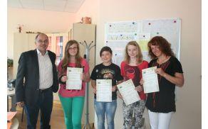 Ravnatelj OŠ Tržič je podelil priznanja srebrnim učenkam in njihovi mentorici.