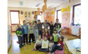 Učenci OŠ Ribno s knjižničarko Ireno Razingar