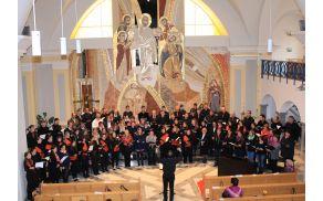 Združeni zbori pri zaključnih pesmih pod vodstvom dirigenta g.Tomaža Pirnata