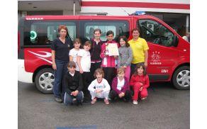 Ekipa pionirk in mentoric, ki se je uvrstila na državno gasilsko tekmovanje 2012