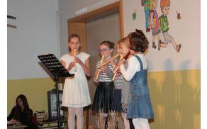 Mlade glasbenice med nastopom
