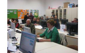 Šestnajstim udeležencem pa pri seznanjanju z računalnikom pomaga še pet prostovoljcev. Foto: Nika Testen