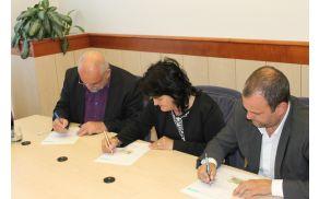 Kobariška županja je v družbi bovškega in tolminskega župana podpisala izjavo o darovanju organov. Foto: Nataša Hvala Ivančič