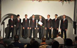 """Vokalna skupina """"in spiritu"""" na regijskem srečanju malih vokalnih skupin na Velenjskem gradu."""