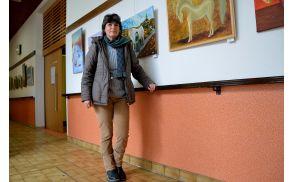 Avtorica Irena Gorenc ob svojih slikah