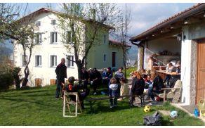 V večernem soncu na Robidišču so študentje Oddelka za geografijo Fakultete za humanistične študije Univerze na Primorskem prisluhnili (po)potresni tematiki. Foto: Staša Mesec