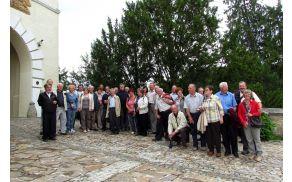 Del izletnikov pri vhodu v Dvorec Trakuščan