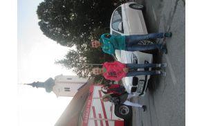 Ko je Janja skupaj s trenerjem Gorazdom Hrenom stopila iz avtomobila, ni mogla skriti ganjenosti ob pogledu na svoje sokrajane in druge zbrane. (foto Ajda Prislan)