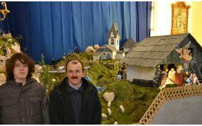 Jasličar Marjan Malovrh s sinom Dominikom – avtorja letošnjih jaslic v polhograjski farni cerkvi