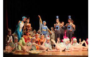 Otroci baletnega oddelka Glasbene šole Škofja Loka so s plesno-glasbeno predstavo navdušili.