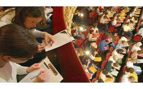 Francozi vsako leto priredijo javni narek francoskega besedila za udeležence  vseh starosti in stanov. Pišejo brez napak?