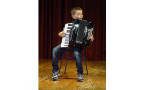 Mladi Prgar Jure Pavlič na nastopu s harmoniko