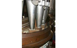 Piščali v pročelju orgel se kritično posedajo.