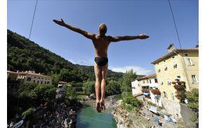 Skoki s 17-metrskega mostu so napeto adrenalinsko tekmovanje.