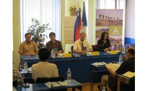 Govorci na novinarski konferenci