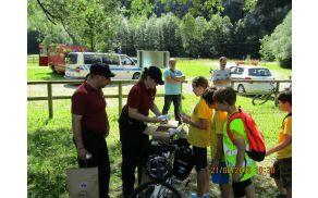 Kolesarski izlet so spremljali redarji iz mestnega redarstva Ljubljana, ki so osnovnošolcem predstavili svoje delo in jim pokazali opremo redarja kolesarja.