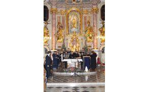 Pevci Mešanega pevskega zbora KUD Dolomiti so v prenovljeni cerkvi na Dobrovi s pesmijo poslušalcem poklonili čaroben utrinek božiča.