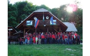 Članstvo konjerejskega društva Suha krajina ob 10. obletnici društva na Plešivici