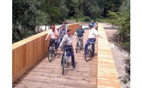 Župan Kramar je svoje goste po končanem sestanku peljal še na krajši kolesarski izlet prek nove brvi čez Savo Bohinjko. Foto: Arhiv Občine Bohinj