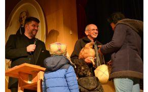 Po malgaškem običaju je slavljenec dobil v dar riž in kokoš.