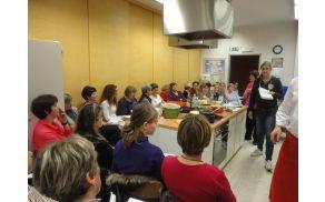 Dekleta in žene v polni gospodinjski učilnici OŠ Dobrova