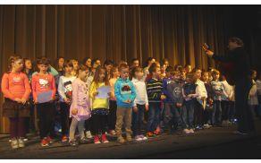 Mešani otroški pevski zbor z mentorjem Jakom Hawlino. Foto: Petra Lotrič Ogrin