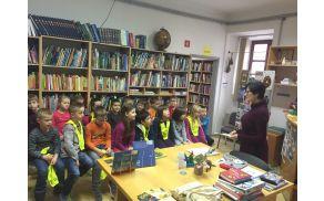 Knjižničarka Zvonka Peterlin bere pravljico