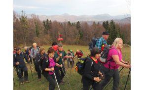 Na naši poti se je menjaval gozd s travniki, za nami pa hribi (foto Sonja Repnik)