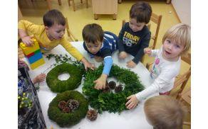 Otroci so krasili adventne venčke